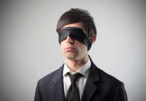 парень с завязанными глазами